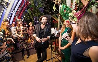 Excentrická party v maskách: rum Don Papa roztančil pražský skleník Fata Morgana