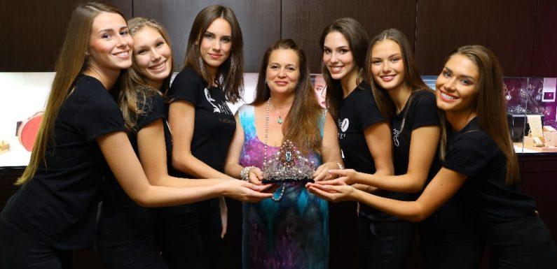 Korunka pro letošní Českou Miss je uměleckým dílem z drahých kovů a přírodních kamenů vznikla v JK Jitka Kudláčková